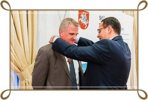 lithuanian-diplomatic-star-being-awarded-to-professor-snyder-photo-ludo-66236254 (1)