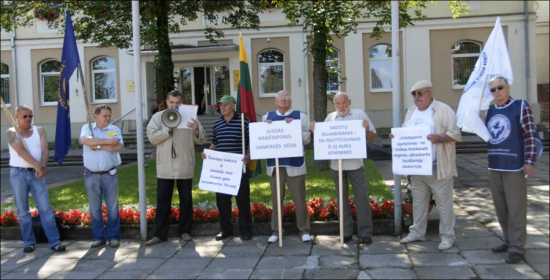 Aleksandras Bosas and others protesting glorification of Holocaust perpetrator
